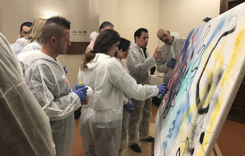 Algunos de los participantes durante la actividad de Graffiti. Convención Conversia 2019