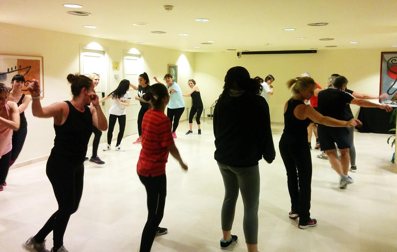 Algunos de los participantes durante la sesión de Happy Fitness. Convención de Conversia