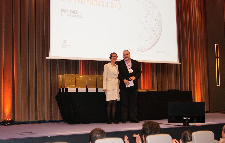 Antes de la entrega de Premios Comerciales, Patxi Campos recibió una mención especial por su apoyo y colaboración al proyecto SEO-ORM.