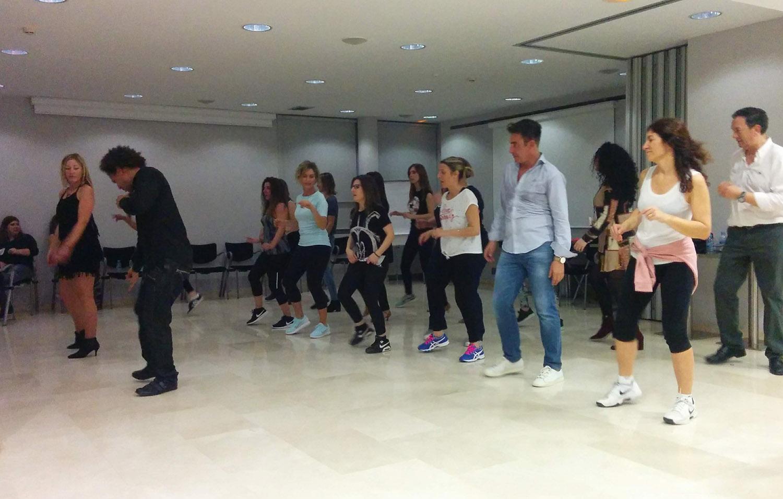 Imagen de los profesores enseñando los pasos de baile a los asistentes. Convención Conversia 2019