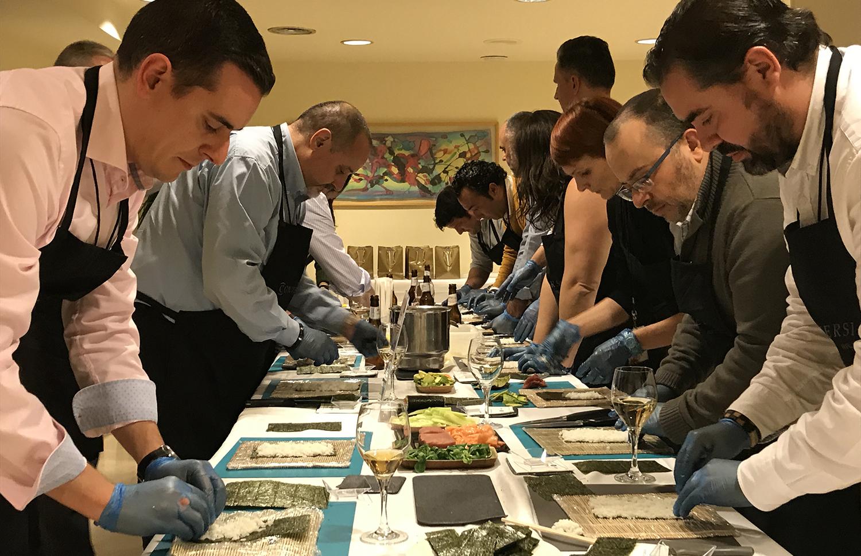El Equipo Maki participando al taller de sushi de Conversia