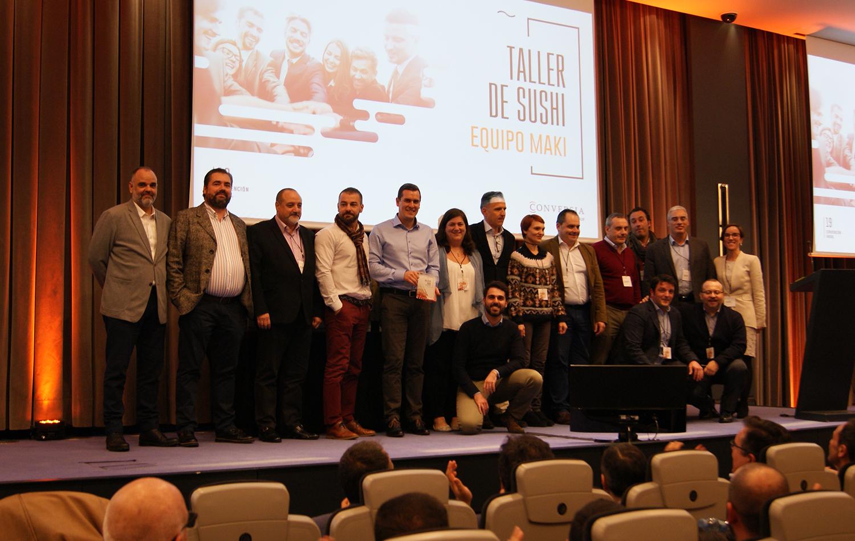 Los componentes del equipo Maki, ganador del taller, junto a la Directora de Marketing de Conversia, Angèlica Guillén.