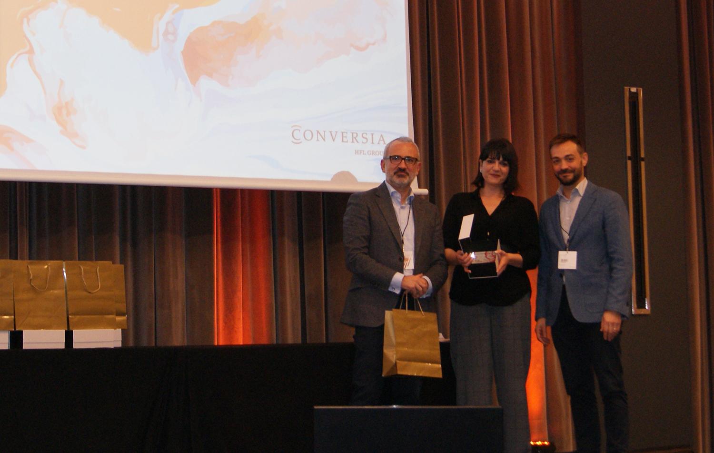 Susana Rodríguez recogiendo el 2º premio de la categoría de Mejor Teleconcertador de Conversia.