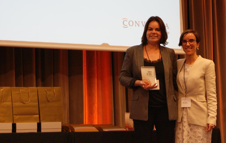 La finalista de la categoría femenina, Cristina Vilà, junto a la Directora de Marketing de Conversia, Angèlica Guillén. Torneo de Pádel de Conversia.