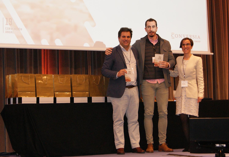 Los finalistas de la categoría masculina Leyendas, Alfonso Buhigas y Juanan Laguna, junto a la Directora de Marketing de Conversia, Angèlica Guillén. Torneo de Pádel Conversia