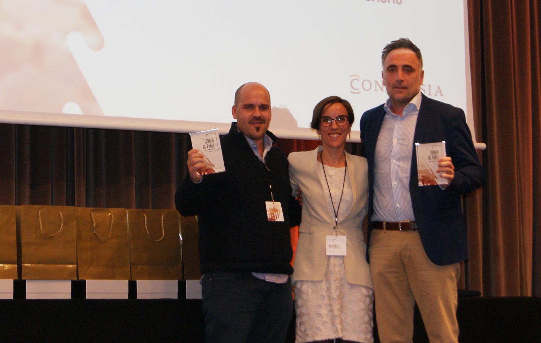 Los ganadores de la categoría masculina Leyendas, Daniel Casas y Jordi Vila, junto a la Directora de marketing de Conversia, Angèlica Guillén. Torneo de Pádel Conversia