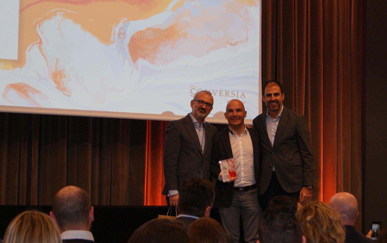 Jordi Duch recogiendo el 1er premio de la categoría de Mejor Vendedor de Conversia.