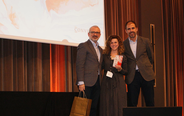 Fátima Cotera recogiendo el 3er premio de la categoría de Mejor Vendedor de Conversia.