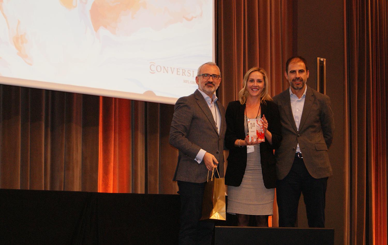 Mar Montero recogiendo el Premio a Mejor Vendedor PRP de Conversia.