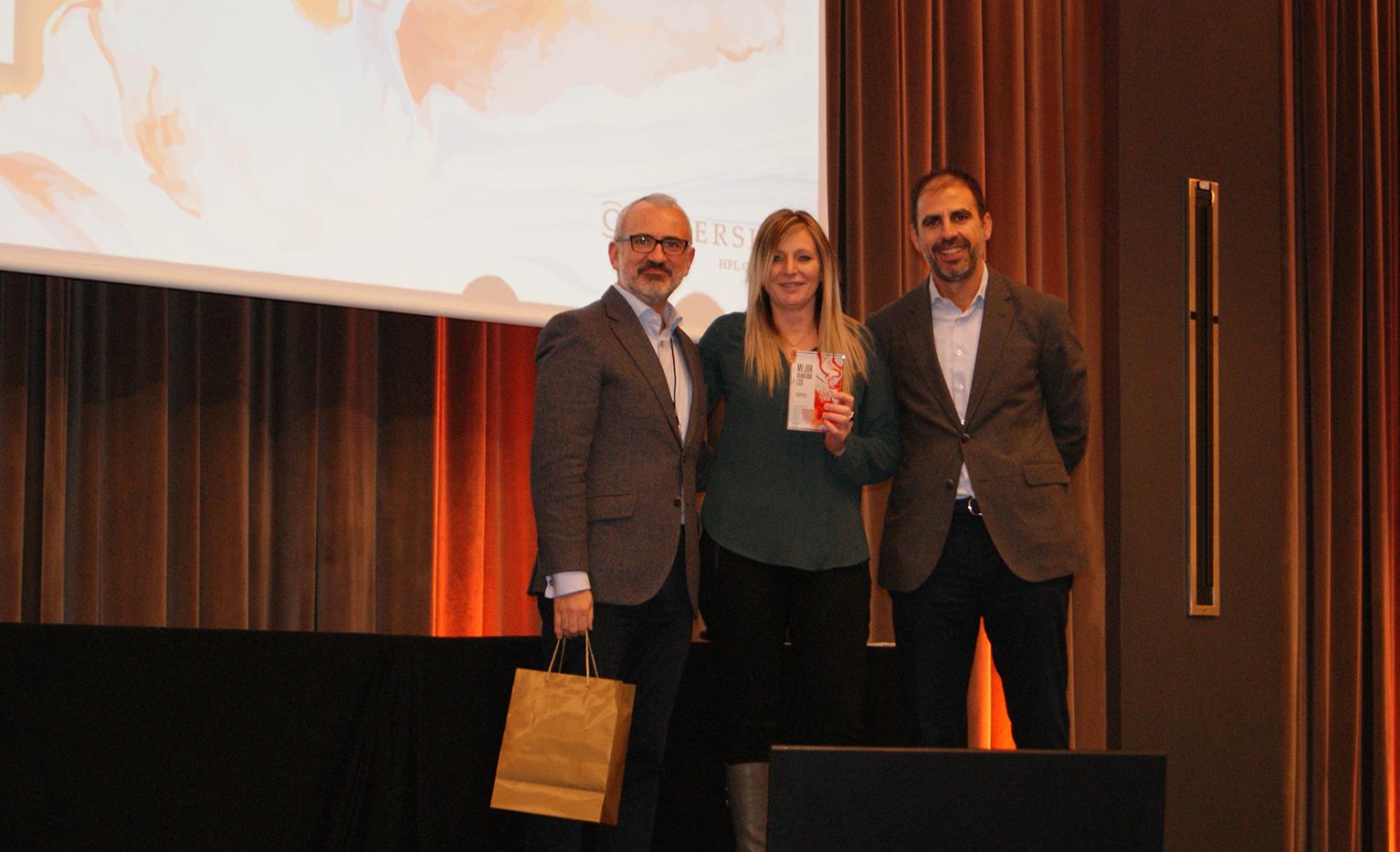Eva Bonilla recogiendo el Premio a Mejor Vendedor LSSI de Conversia.