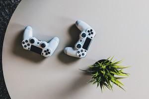 Mandos playstation para ilustrar post de fortnite en blog de conversia