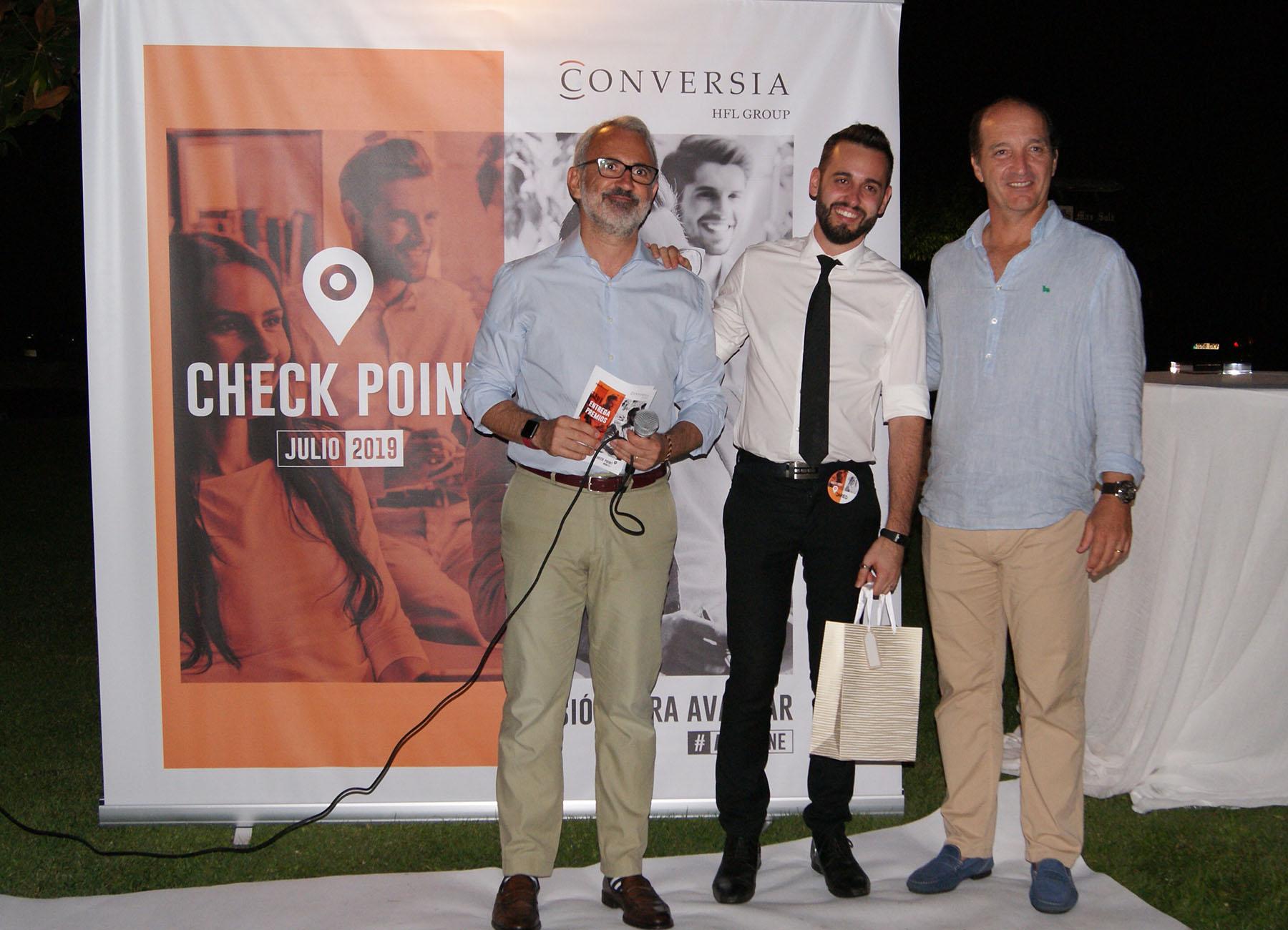 El ganador del concurso de Redes Sociales, Jared Vega, recogiendo el premio de manos del Consejero Delegado del Grupo HFL, Augusto Carmona y del Director General de Conversia, Alfonso Corral.