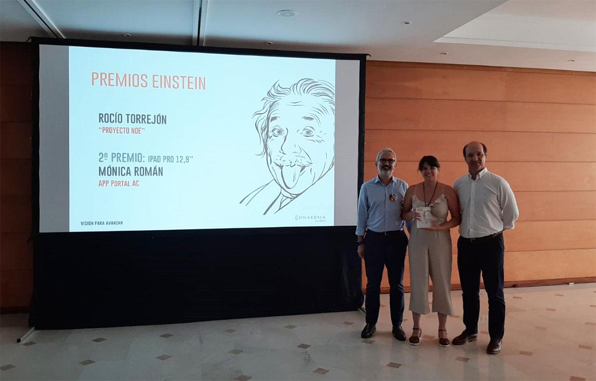 La ganadora de los Premios Einstein, Rocío Torrejón, recibe el premio de manos del Consejero Delegado del Grupo HFL, Augusto Carmona, y del Director General de Conversia, Alfonso Corral.