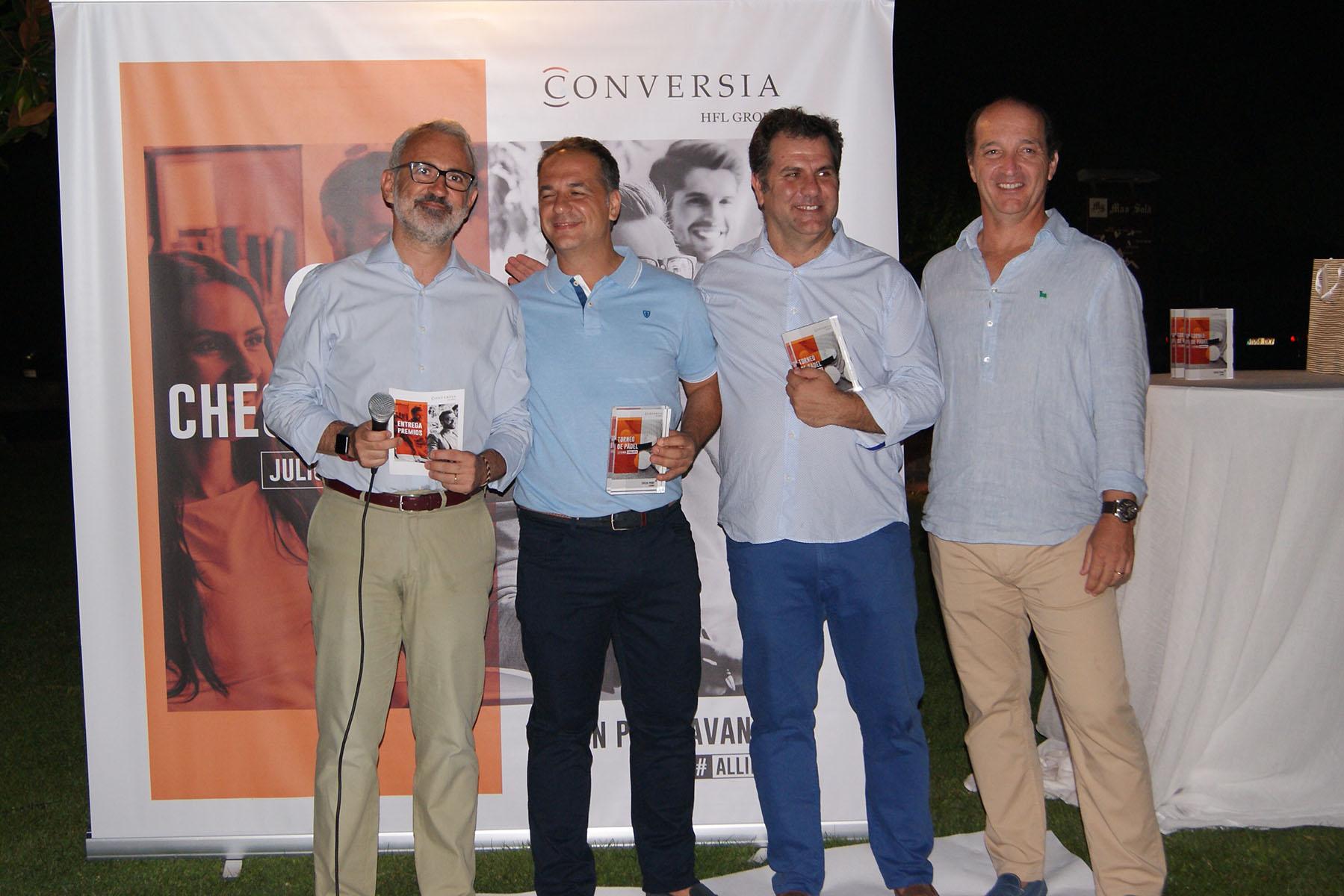 Los finalistas del Torneo Leyendas, Felipe Jiménez y Alfonso Buhigas, reciben el trofeo de manos de Augusto Carmona, Consejero Delegado del Grupo HFL y de Alfonso Corral, Director General de Conversia.